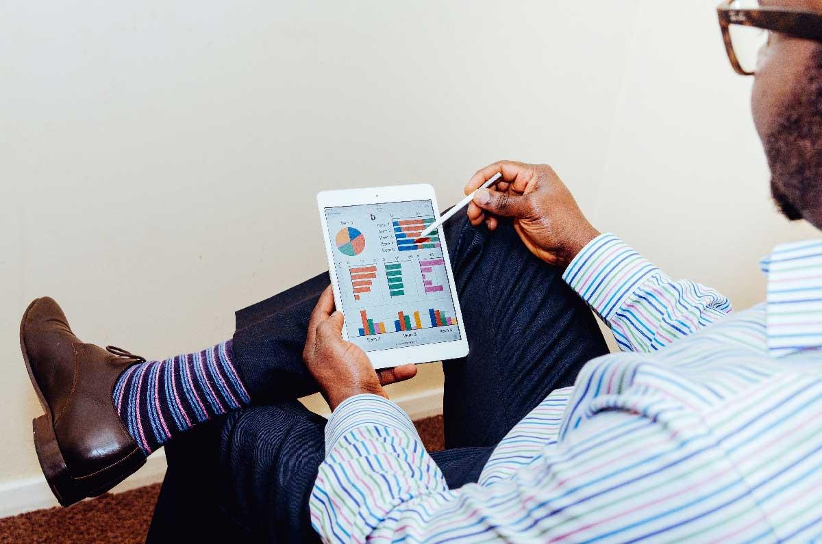 Signore che analizza statistiche dal tablet - Net Wireless
